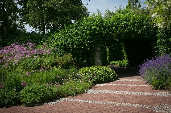 Použití dlažby v zahradě