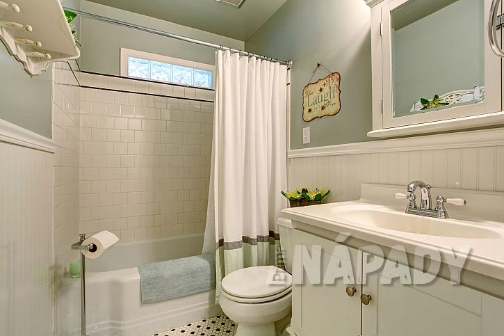 Koupelna s vanou se závěsem