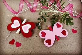 Motýl z papírových srdíček jako valentýnská dekorace