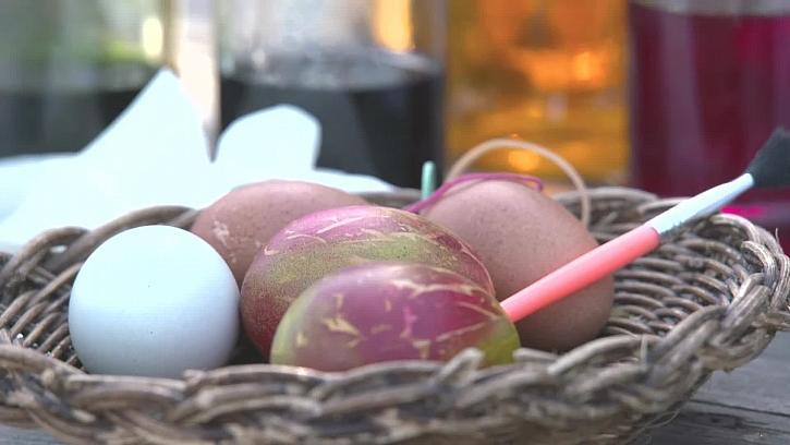Snadný trik na rychlo barvení vajíček