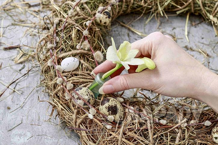 Květy zapíchat do věnce