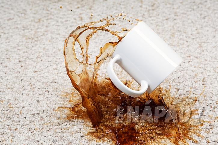 Kávu odstraňte čistým hadříkem namočeným vroztoku terpentýnu a alkoholu