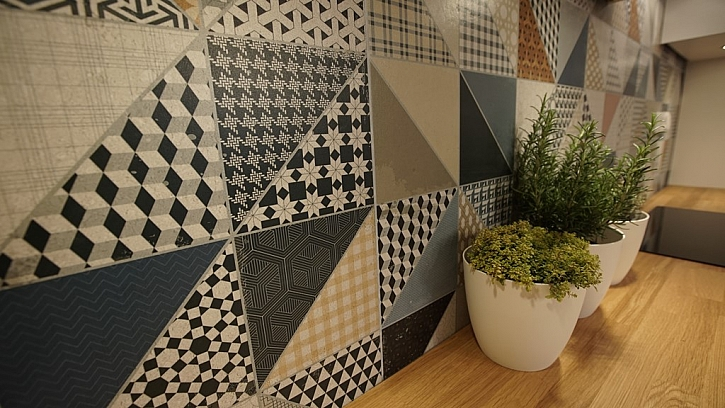 Zajímavý a výrazný obklad stěny za kuchyňskou linkou.