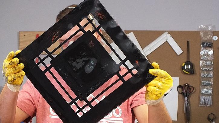 Dekorování zrcadla ze zadní strany: v místech odstranění zrcadlové vrstvy je čiré sklo