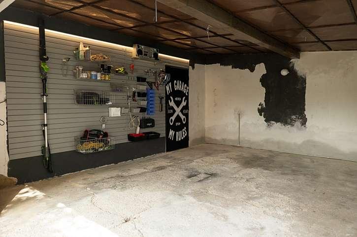 Popraskaná podlaha ve staré garáži