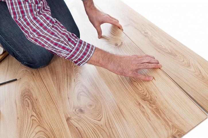 Kvalitní laminátová podlaha je příjemná a do kuchyně i praktická