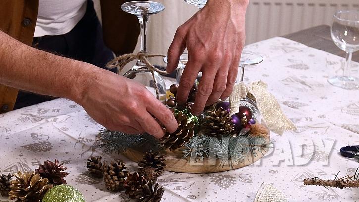 Vánoční svícen ze skleniček: prkýnko ozdobíme větvičkami, šiškami atd