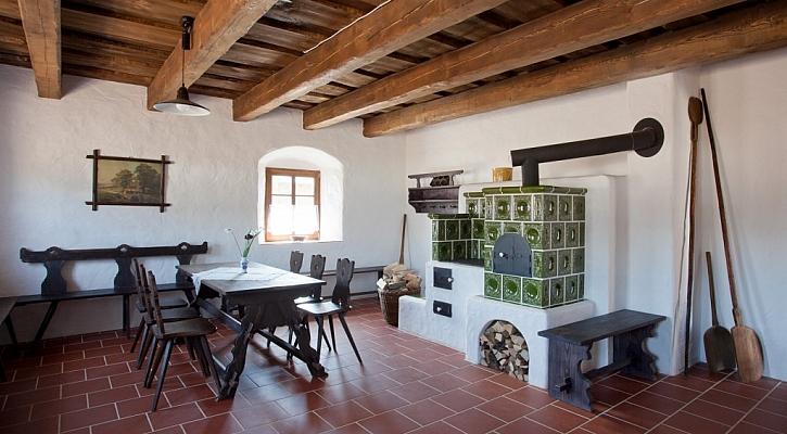 V interiéru horáckých chalup nechybí tradiční kachlová kamna