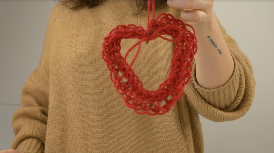 Pletené valentýnské srdíčko: Jehlice netřeba, postačí ruce