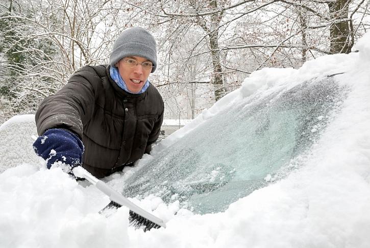 Pečlivě ometejte auto od sněhu