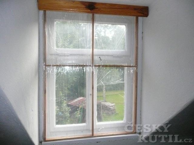 Staré okno má novou šálu