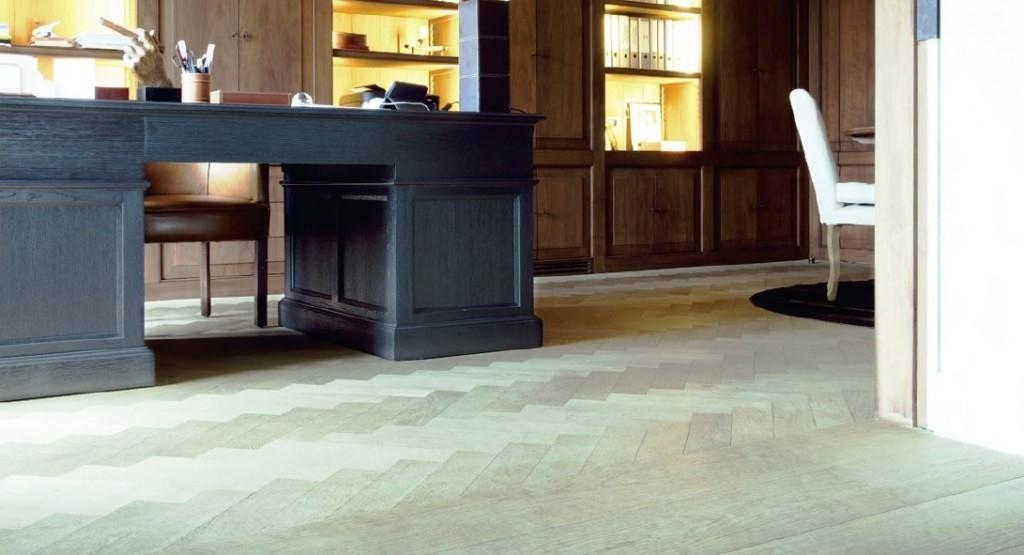 Lak na dřevěnou podlahu zabrání poškrábání i zvlhnutí
