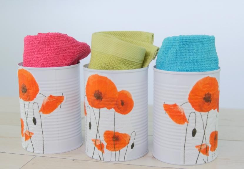 Jak vyrobit úložné stojánky na ručníky z plechovek: Makové zdobení