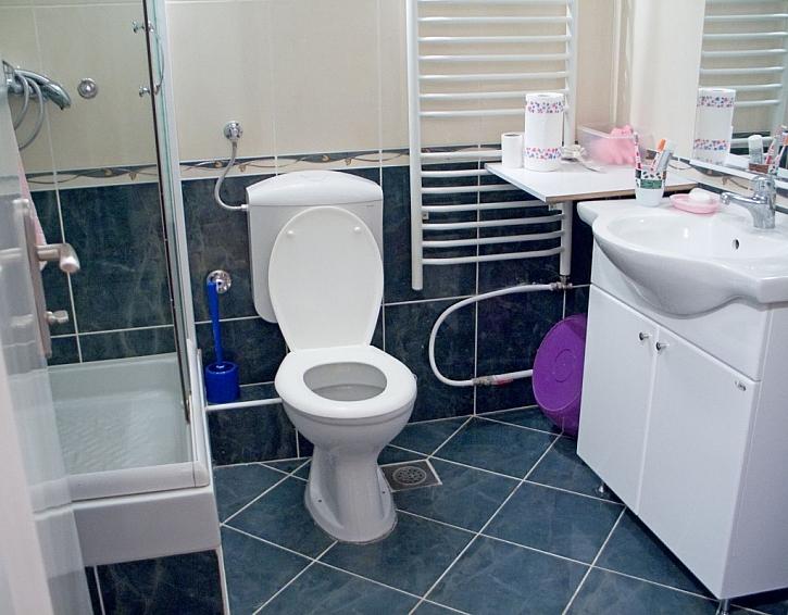 V malé koupelně bude díky umyvadlové skříňce více úložného prostoru