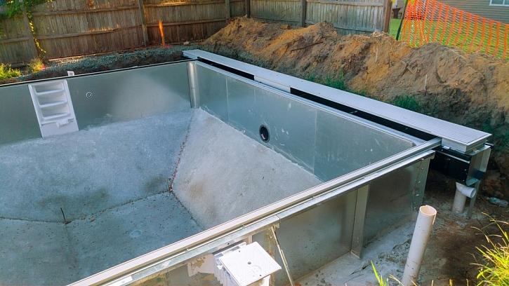 Připravený betonový podklad musí být v rovině