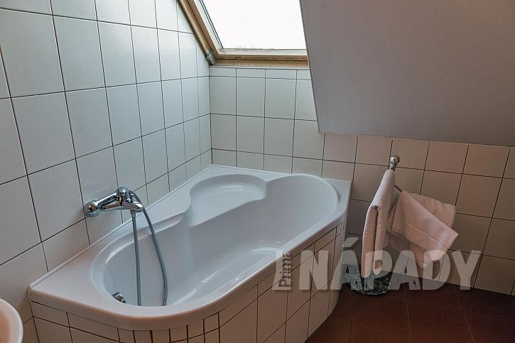 Akrylátová vana v koupelně se střešním oknem