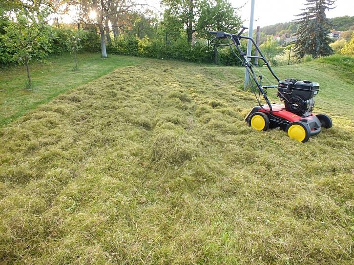 Vertikutace vrátí trávníku zdravou barvu