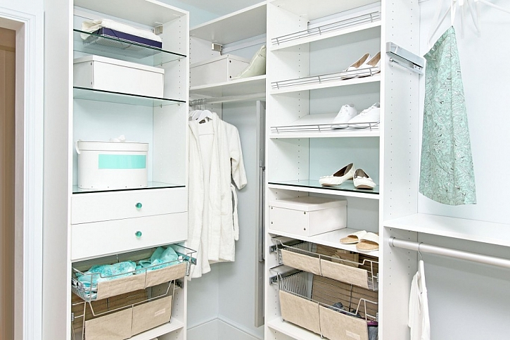 Drátěný program v šatní skříni zpřehlední naše doplňky k oblečení