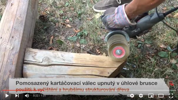 Ukázka drásání dřeva úhlovou bruskou