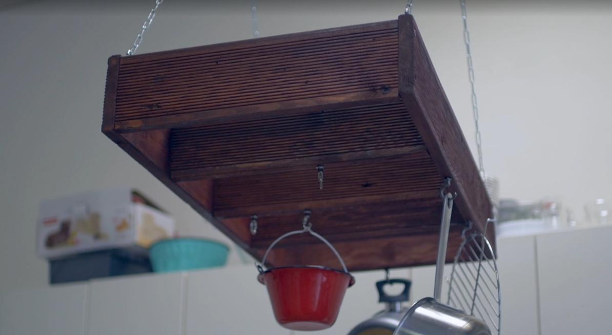 Kuchyňský dřevěný věšák na nádobí