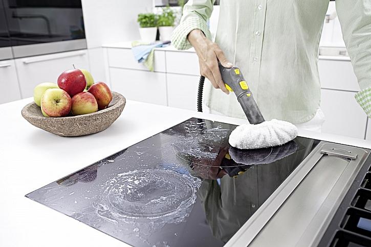 Parní přístroj má spoustu nástavců, s nimiž vyčistíte i sklokeramickou desku.