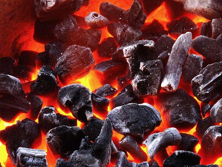 Rozžhavené dřevěné uhlí