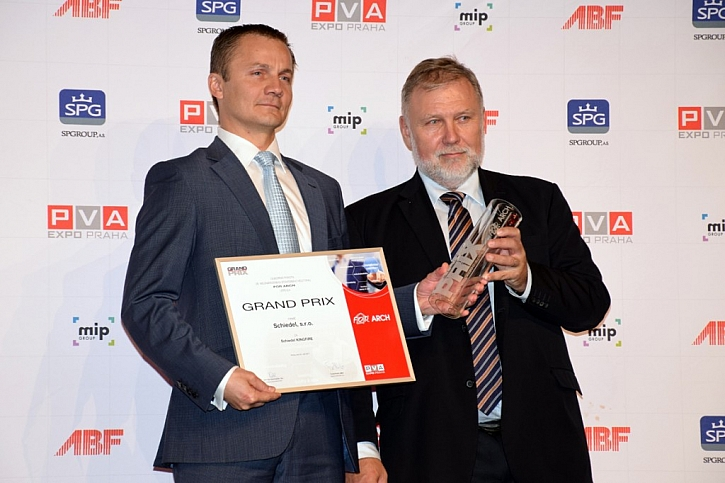 Přebírání ocenění Grand Prix za nejlepší výrobek