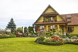 Jak sladit venkovský dům a zahradu do jednoho stylu?