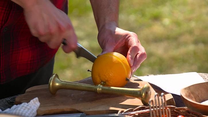 Krájení pomeranče napůl