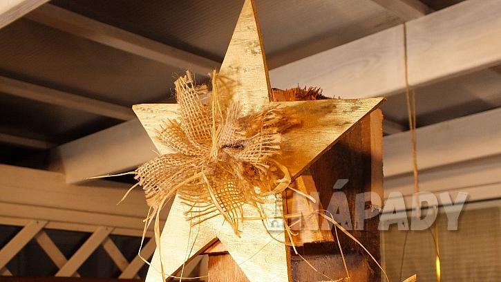Vánoční stromeček z palety: na vrcholek stromku připevníme hvězdu z překližky