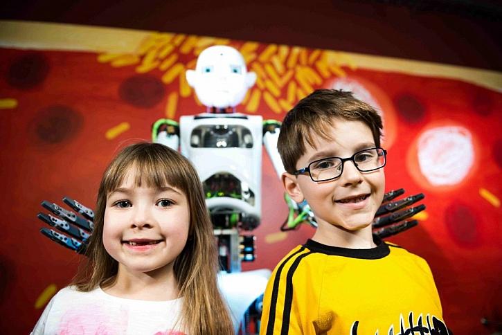 Při naší návštěvě se s robotem bavili především dospěláci....