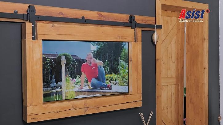 Stylový držák na televizi báječně podtrhuje vesnický styl domova (Zdroj: Prima DOMA)