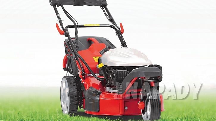 Trávník po zimě: tříkolovou benzínovou sekačku s pojezdem je prakticky nemožné při použití na zahradě převrhnout