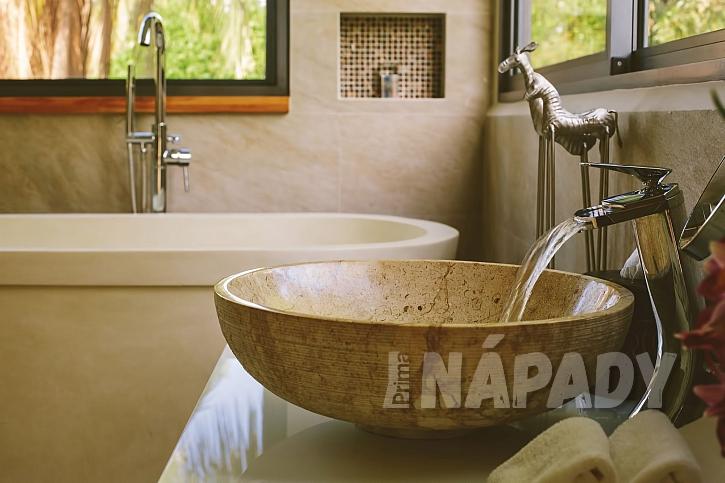 Mramorové umyvadlo v luxusní koupelně