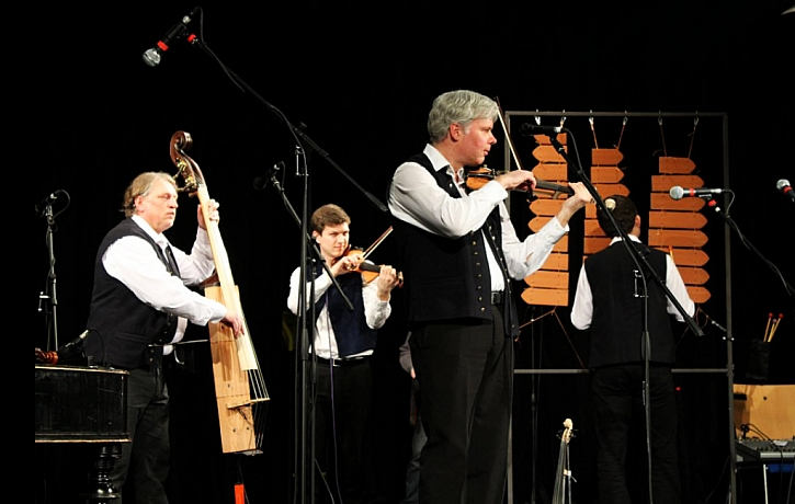 V kapele Keramorchestr se hraje na hudební nástroje vyrobené z pálených tašek Tondach.