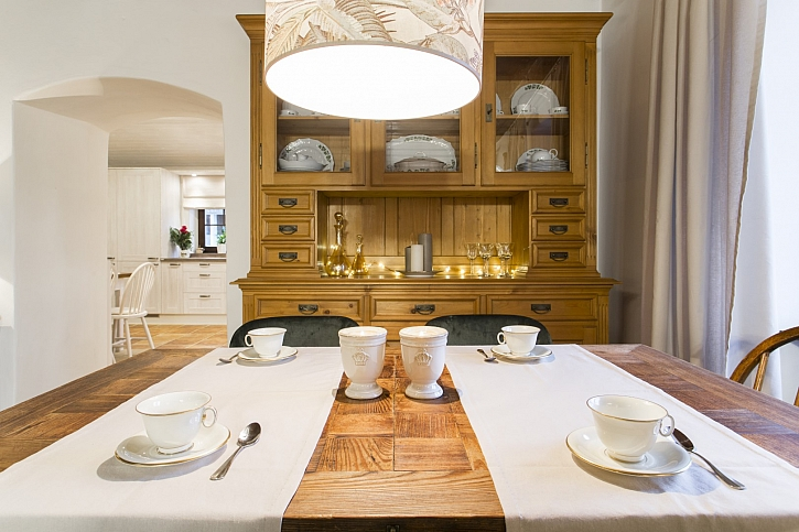 Jídelní stůl, lampa