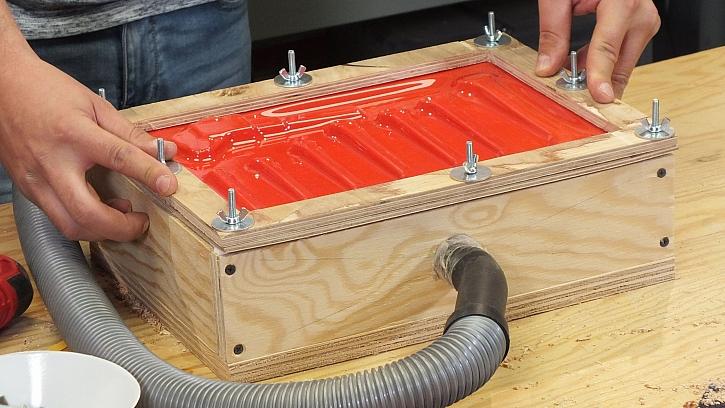Vakuový lis:  pod tlakem plast přilne k předmětu