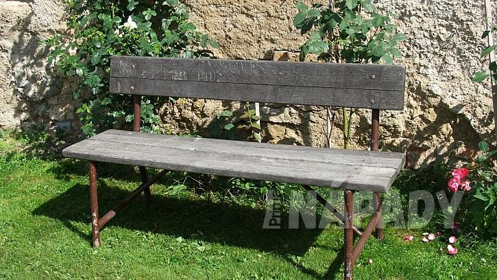 Takhle vypadala lavice s dubovým sedákem před renovací