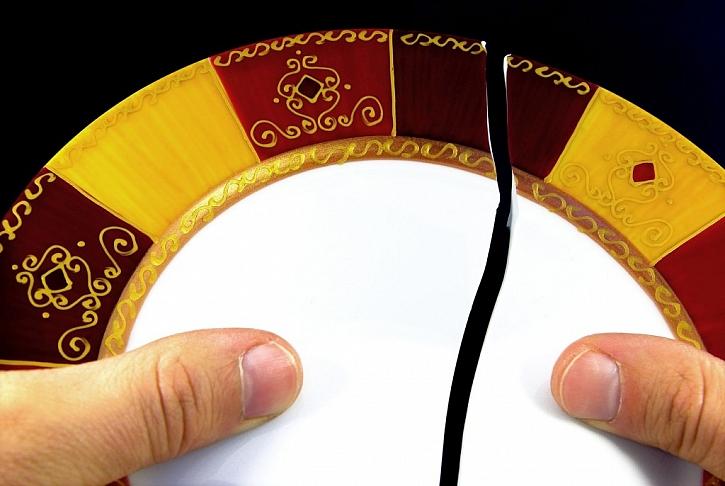I rozbitou keramiku lze snadno slepit za použití vhodného lepidla