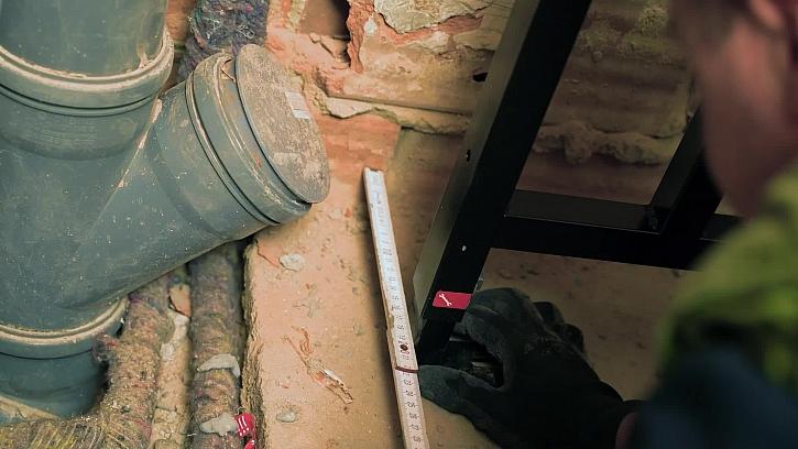 Technici z Alcaplastu namontovali do WC místnosti WC panel s tlačítkem