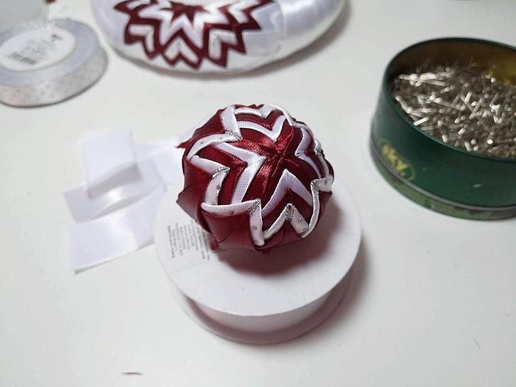 Hotový ornament na kouličce