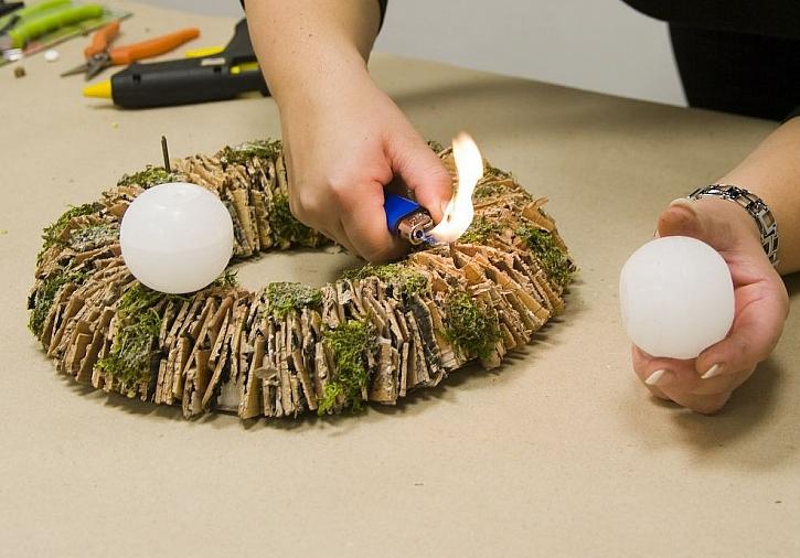 Letos budou bílé Vánoce. Výroba adventního věnce s umělými orchidejemi.