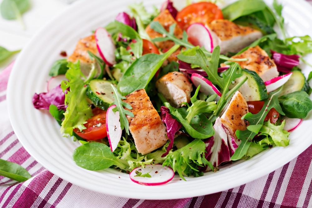 Připravte si jarní salát s kuřecím steakem a čerstvou zeleninou