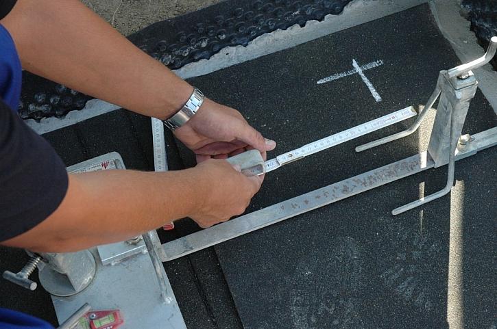 Mezi soupravami je položena hliníková stahovací lať