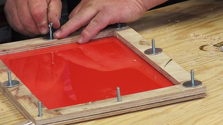 Vakuový lis: do rámečku upneme termoplast