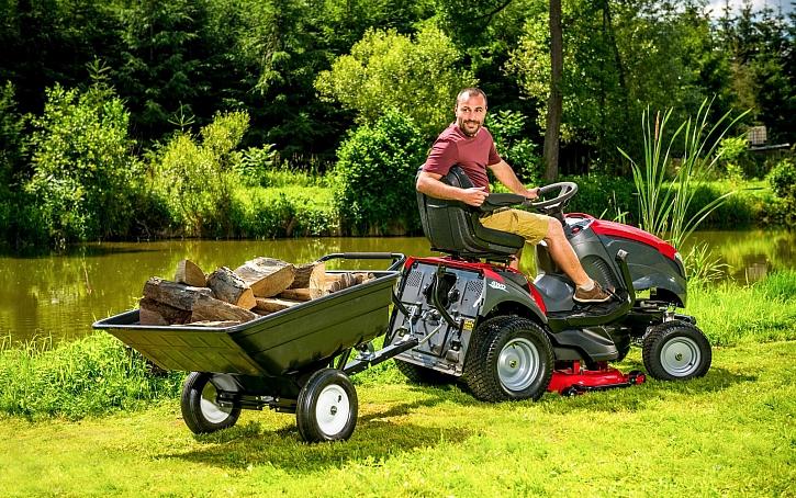Zahradní traktor – jak nám může sloužit během celého roku? (Zdroj: Mountfield)