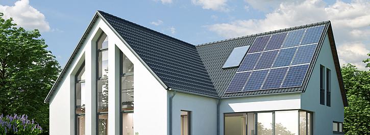 Střecha domu s fotovoltaikou