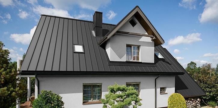 Dům snů se střešní krytinou Ruukki Classis C v černé barvě.