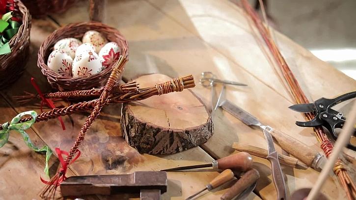 Pletení tradičních velikonočních pomlázek
