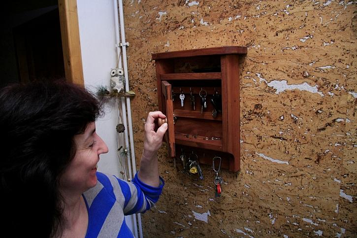 Skříňka na klíče se vždycky hodí. Barevně si jí můžete sladit se zbytkem interiéru (Zdroj: Jaroslav Kopáč)